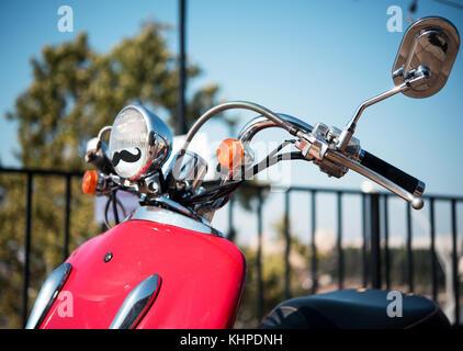 Cyclomoteur rouge dans la rue Banque D'Images