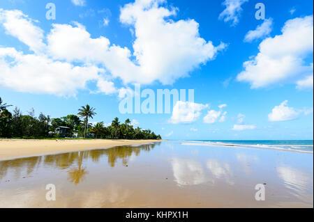 Déserte, bordée de palmiers, plage de sable de South Mission Beach sur la mer de corail, l'extrême nord du Queensland, Banque D'Images