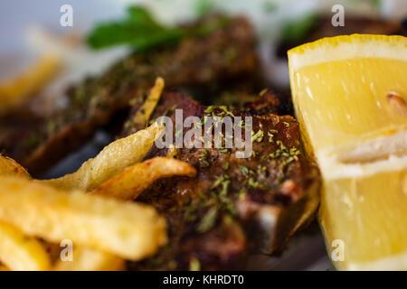 Délicieuse portion de succulentes grillades de grand T-bone steak assaisonné d'herbes méditerranéennes à côté de Banque D'Images