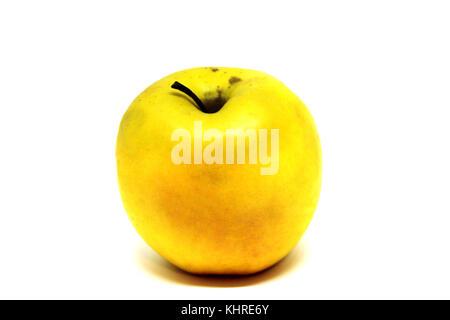 Pomme jaune frais isolé sur fond blanc Banque D'Images