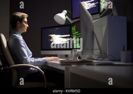 Développeur logiciel assis en face de lordinateur et travailler en