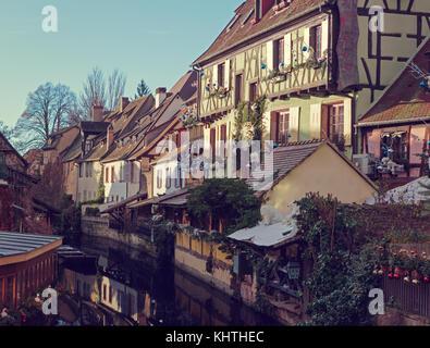 Vieilles maisons traditionnelles sur le canal décorée pour Noël, Colmar, Alsace, France. tonique de l'image. Banque D'Images
