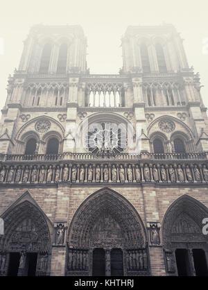 Façade de la cathédrale Notre Dame de Paris dans un matin brumeux. Banque D'Images