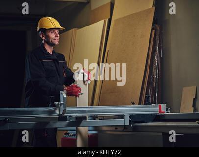 Carpenter mâle dans un lieu de travail. Banque D'Images