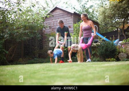 Dans la famille jardin, ayant course de brouettes Banque D'Images