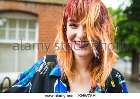 Portrait de jeune femme aux cheveux teints dip laughing Banque D'Images