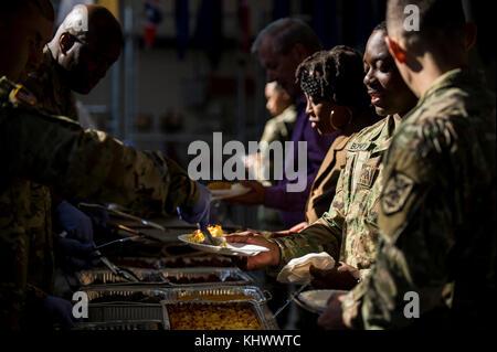 Des soldats de la réserve de l'armée américaine et le personnel civil à temps plein à partir de la 200ème Commande de la Police militaire se sont réunis pour leur assemblée annuelle à l'action de commande leur quartier général à Fort Meade, Maryland, le 17 novembre 2017. Le Sgt commande. Le major Craig Owens, le 200e MP's command sergeant major, d'Atlanta, Georgie, a ouvert le déjeuner en discutant de l'importance de la fraternité et de l'unité, en particulier à l'approche de cette saison de vacances. (U.S. Réserve de l'armée photo par le Sgt. Michel Sauret)