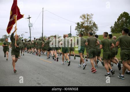 Le Cpl. Rosember Gloria, un spécialiste des données de maintenance avec 4ème aile d'avion Marine, Marine Réserve des Forces canadiennes, s'exécute avec un guide-sur, aux côtés des Marines (MARFORRES multiples unités avec l'installation de soutien du Corps des Marines de la Nouvelle-Orléans, au cours d'un run de motivation à la Nouvelle Orléans, 9 novembre 2017. La 3-mile run est organisé chaque année pour célébrer l'anniversaire du Corps des Marines, et de promouvoir la cohésion de l'unité et l'esprit de corps. (U.S. Marine Corps photo de la FPC. Tessa D. Watts)