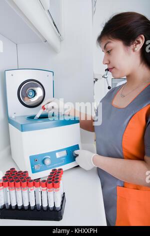Femme travaillant en laboratoire dentaire Banque D'Images