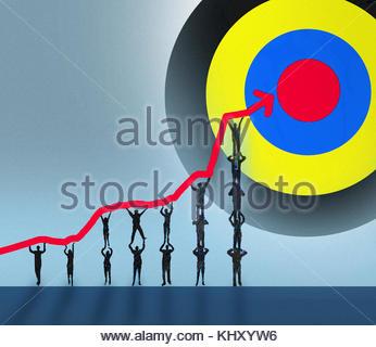 Les gens d'affaires formant pyramide humaine holding up ligne graphique pour atteindre objectif Banque D'Images