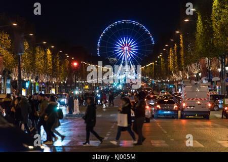 Paris, France. 22 nov, 2017. personnes marchant sur les Champs Elysées à Paris, récemment décorées avec des lumières Banque D'Images