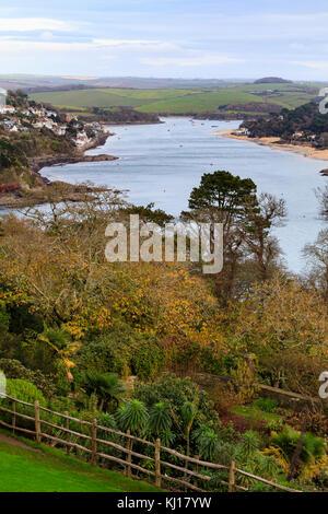 Vue de dessus Overbecks jardin du sud du Devon, UK, avec l'estuaire de Kingsbridge Salcombe sur la gauche, à l'Est Banque D'Images