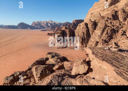 Sable rougeâtre et paysages rocheux dans le désert de Wadi Rum, Jordanie du sud Banque D'Images