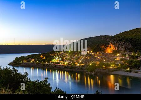 Europe, France, Var. Le village de Bauduen par nuit Banque D'Images