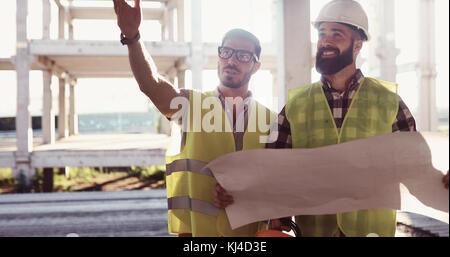 Ingénieurs en construction, discussion avec les architectes at construction site