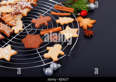Concept de cuisson cuire fraîche beurre bio faits maison cookies sucre forme divers with copy space Banque D'Images