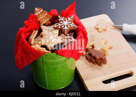 Idée bricolage bricolage cadeau de Noël Nouvel an et sugar cookies beurre concept avec le glaçage royal décor en Banque D'Images