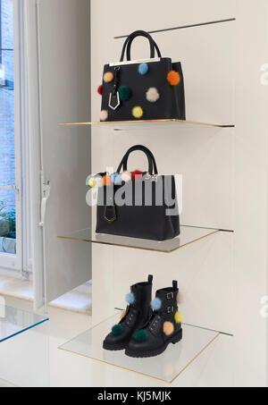 ... Rome, Italie  Fendi sacs et chaussures avec pon pon sur les étagères  d un magasin de mode 9b63dffff84