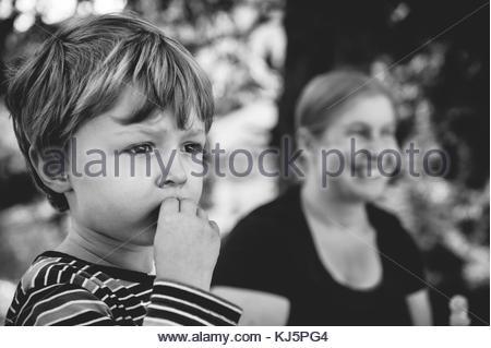 Photo du petit garçon avec la mère à l'arrière-plan Banque D'Images