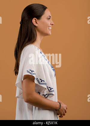 Studio Portrait of a beautiful young woman smiling Banque D'Images