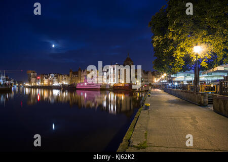 Vue sur les bateaux et les bâtiments anciens sur le long pont au bord de la principale ville (vieille ville) et Banque D'Images