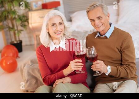 Mari et femme à la retraite souriant à célébrer leur anniversaire Banque D'Images