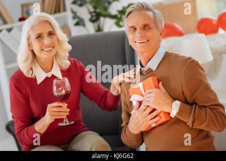 Mari aimant smiling et faire place au présent de son épouse Banque D'Images