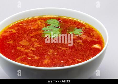 Bortsch, soupe de betterave russe, dans un bol blanc. Banque D'Images