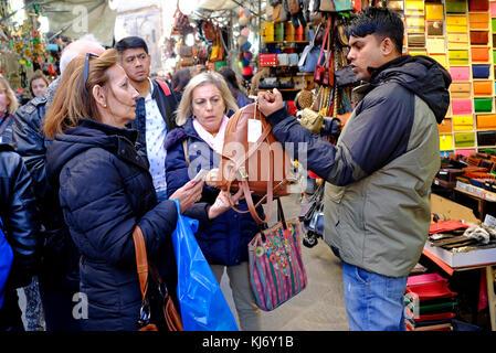 Gens marchandant au marché du cuir, Florence, Italie Banque D'Images