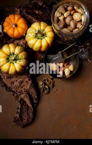 La citrouille et la noix, l'image d'automne Banque D'Images