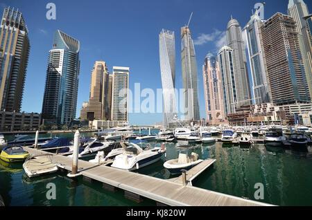 Les bateaux de plaisance à Dubaï avec de grands gratte-ciel en arrière-plan Banque D'Images