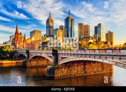 Réchauffer la lumière du matin sur les gratte-ciel à Melbourne CBD au-dessus Princes pont sur la rivière Yarra.
