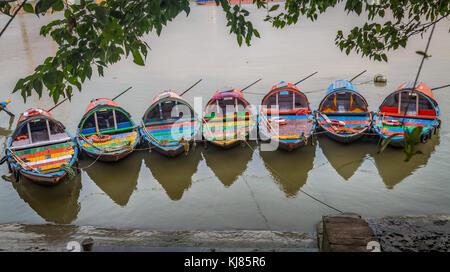 Bateaux en bois coloré sur gange à Kolkata, Inde Banque D'Images
