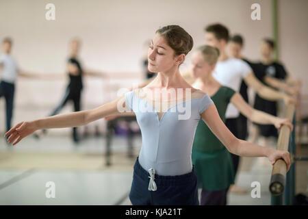 Les participants du concours de ballet russe pratiquant au bar avant de commencer à danser sur une scène à Moscou, Banque D'Images