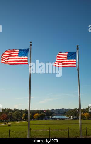 Vue depuis le Washington monument, regard vers le mémorial de Lincoln, avec drapeaux américains Banque D'Images