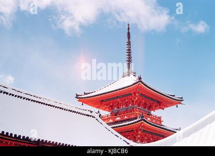 Temple Kiyomizu-dera, une belle japonaise lire temple, couvert de neige sur une journée d'hiver ensoleillée, Banque D'Images