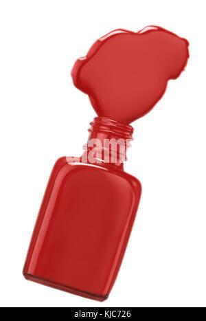 Bouteille de vernis à ongles rouge se répandre au fond blanc. clipping path Banque D'Images