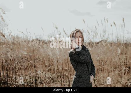 ... Jolie et jeune femme avec de longs cheveux blonds vêtus de manteau de  laine à la 2548d892fd6