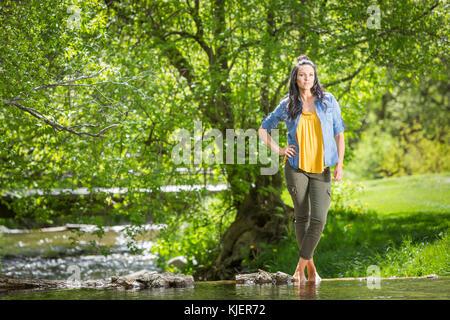 Coffin Caucasian woman standing near river Banque D'Images