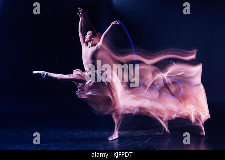 Belle femme montrant sa performance Banque D'Images