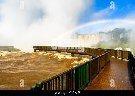 Iguassu Falls, la plus grande série de cascades du monde, situé à la frontière brésilienne et argentine, vue du Banque D'Images