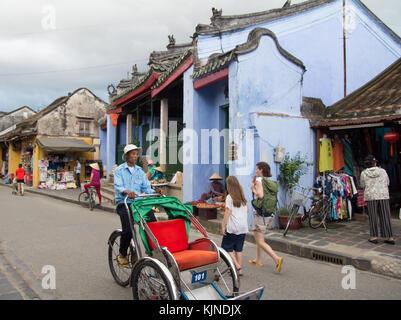 Hoi An, Vietnam - juin 2017: cyclo-pousse la conduite sur la rue à Hoi An vietnam Banque D'Images