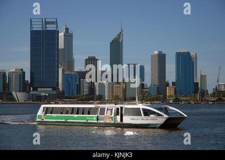 Un traversier de la rivière Swan arrivant à Elizabeth Quay ferry terminal avec l'horizon de la ville au-delà, Perth, Banque D'Images