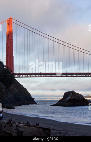 San Francisco, USA - aug 11 2013: vue sur le golden gate bridge à partir de kirby cove beach camping Banque D'Images