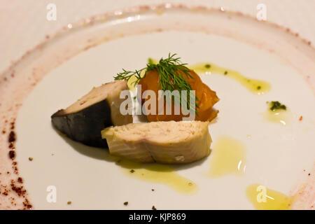 Pièces d'un saumon fumé, maquereau et hareng sauce aux fines herbes et Banque D'Images