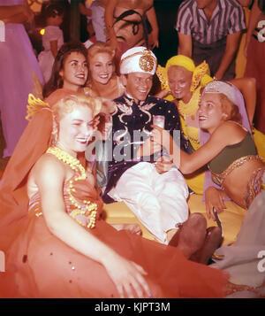 Frank SINATRA (1915-1998) chanteur américain et acteur de cinéma lors d'une fête hollywoodienne vers 1965