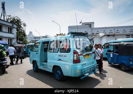 Jakarta, Indonésie - novembre 2017: angkot, modification d'un van qui est une forme courante de transport public Banque D'Images