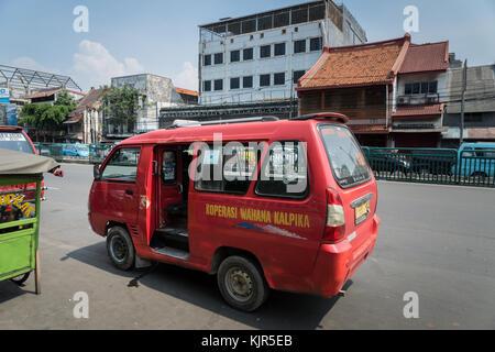 Jakarta, Indonésie - novembre 2017: red angkot, une modification van qui est une forme courante de transport public Banque D'Images