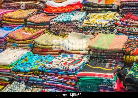 5f646dd9519f Les écharpes en cachemire dans le Grand Bazar d Istanbul, d un ...