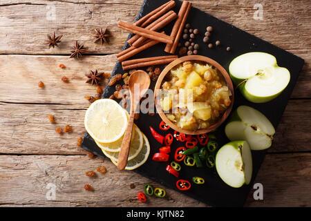 Indian chutney de pommes avec des ingrédients close-up dans un bol sur la table. haut horizontale Vue de dessus Banque D'Images